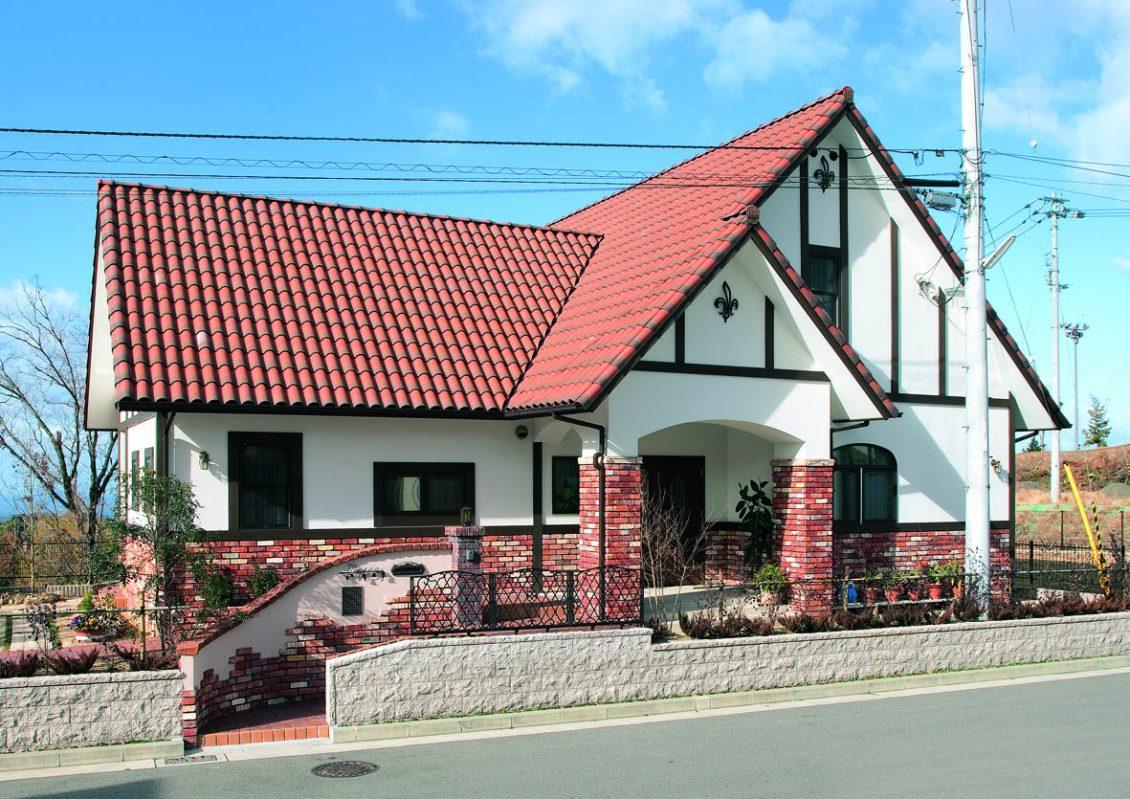 オレンジ色の屋根とレンガ貼りの外壁が明るくモダンなアクセントイメージ1