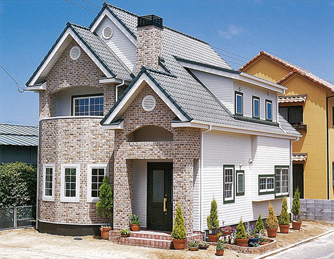 3つの三角屋根と多角形の部屋を用いた個性的な家イメージ1