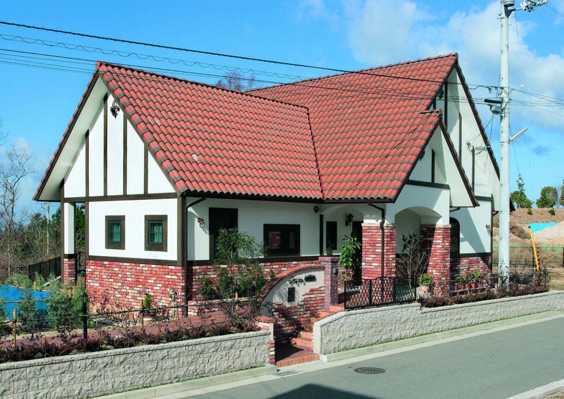 オレンジ色の屋根とレンガ貼りの外壁が明るくモダンなアクセントイメージ2