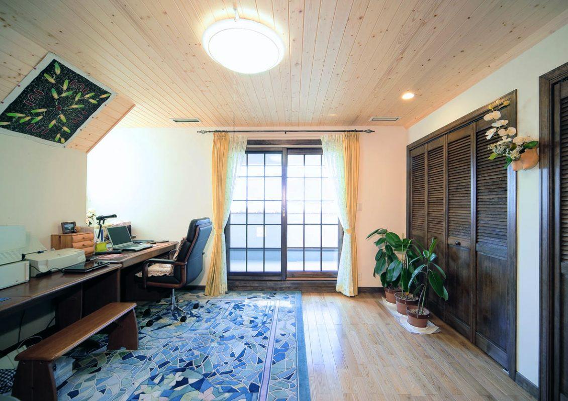 オレンジ色の屋根とレンガ貼りの外壁が明るくモダンなアクセントイメージ6