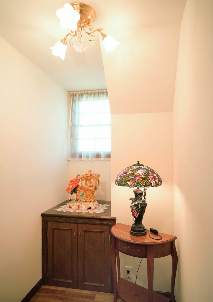 オレンジ色の屋根とレンガ貼りの外壁が明るくモダンなアクセントイメージ7